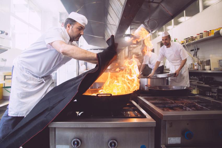 cocinero-extinguiendo-fuego